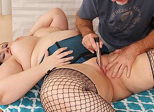 Senior Masseur Makes Plumper Becki Grub Cum prevalent Fingers together with Toys